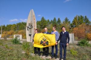 Фото с флагом РВИО сделано как раз на фоне знака на въезде в пос. Кассель